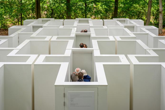 Het Dilemma Doolhof bij de Bergse oorlogsbegraafplaatsen dwingt bezoekers tot ingrijpende, morele keuzes. Ondertussen zoekt het stadsbestuur een uitweg uit zijn financiële dwaaltuin.