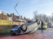 Auto slaat over de kop in bebouwde kom Abcoude, bestuurder gewond