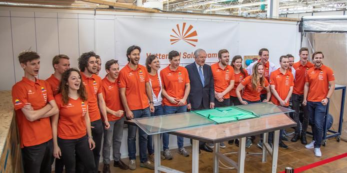 Burgemeester Henk Jan Meijer gaf maandag het startsein voor de bouw van de zonnewagen.
