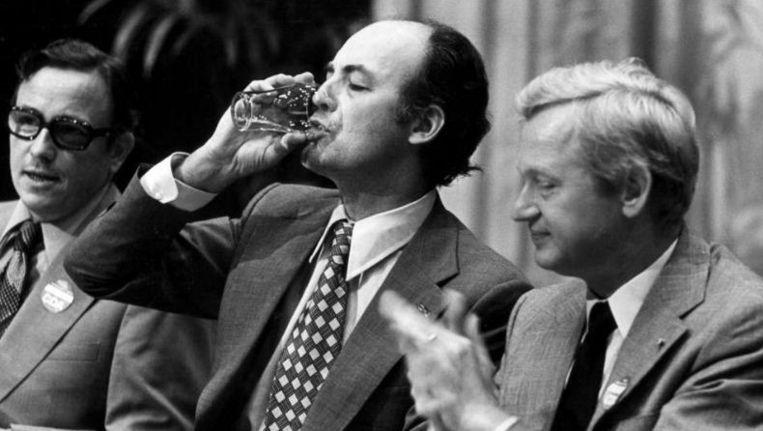 Willem Aantjes lest de dorst na zijn toespraak op het CDA-congres in 1975. Het applaus is van Frans Andriessen Beeld ANP