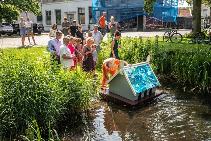 Ad Nieuwdorp van de gemeente mocht het kunstzinnige eendenhok maandag weer te water laten