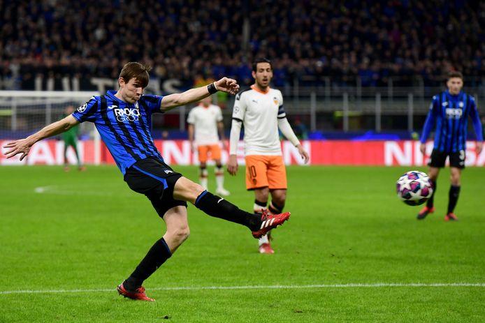 Marten de Roon haalt uit in de Champions League-duel met Valencia eerder dit seizoen.