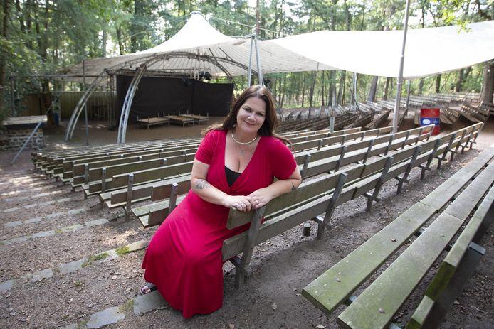 Regisseuse Sanne Kamst-Velthuis heeft besloten haar muzikale theaterstuk over Nijverdal in de Tweede Wereldoorlog pas in mei 2021 in het Openluchttheater op te voeren.