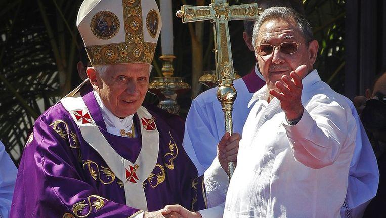 De paus schudt de hand van de Cubaanse president Raoul Castro. Beeld reuters