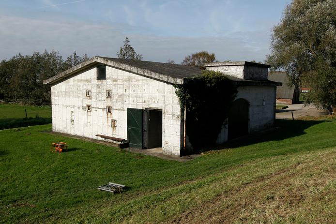De commandobunker van de luchtafweer bij Welsum, vermomd als boerenschuur.