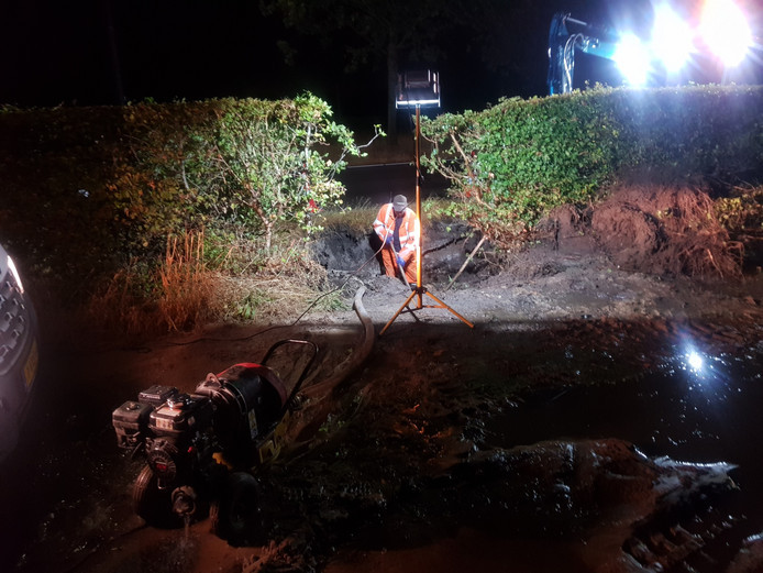 De lekke leiding aan de Bunschoterstraat sloeg een groot gat in de grond en veroorzaakte wateroverlast.