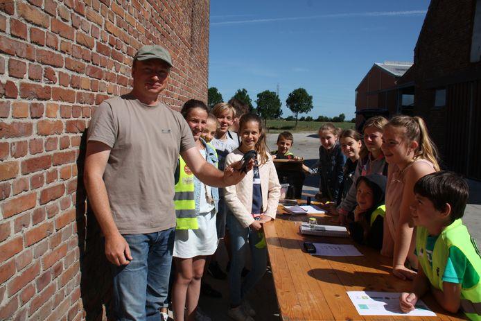 Diksmuide heeft talrijke zwaluwprojecten uitgewerkt. Op deze foto van een paar jaar geleden zie je hoe Diksmuidse leerlingen leren over zwaluwen op een boerderij.