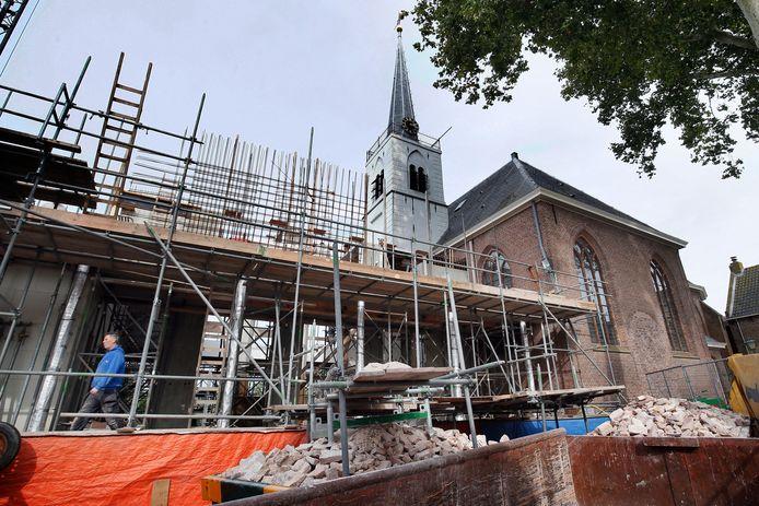 Het kerkgebouw wordt vergroot.