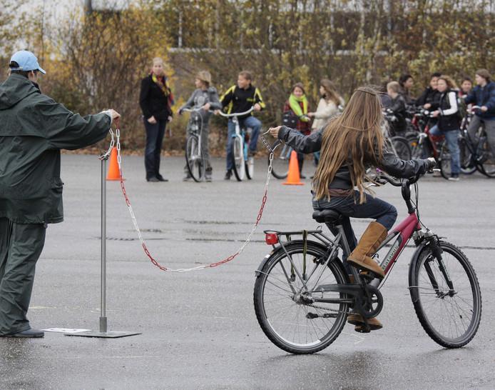 Leerlingen doen proeven voor het verkrijgen van het veiligheidslabel. Foto uit Ravenstein ter illustratie.