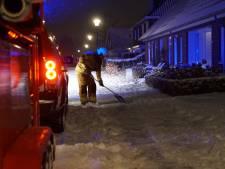Sneeuw hindert brandweer bij dubbele schuurbrand in Gorssel