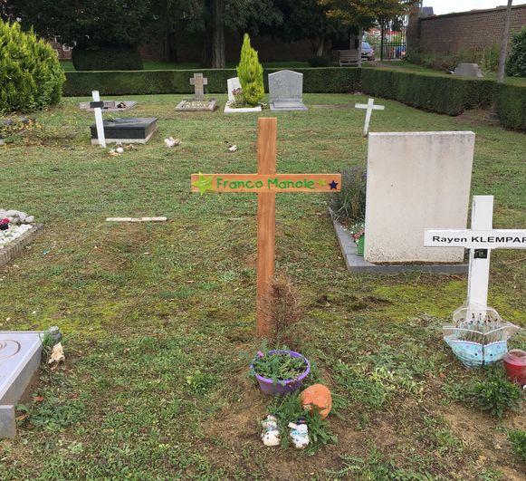 Baby Franco heeft nu een weerbestendig kruis op zijn grafje.