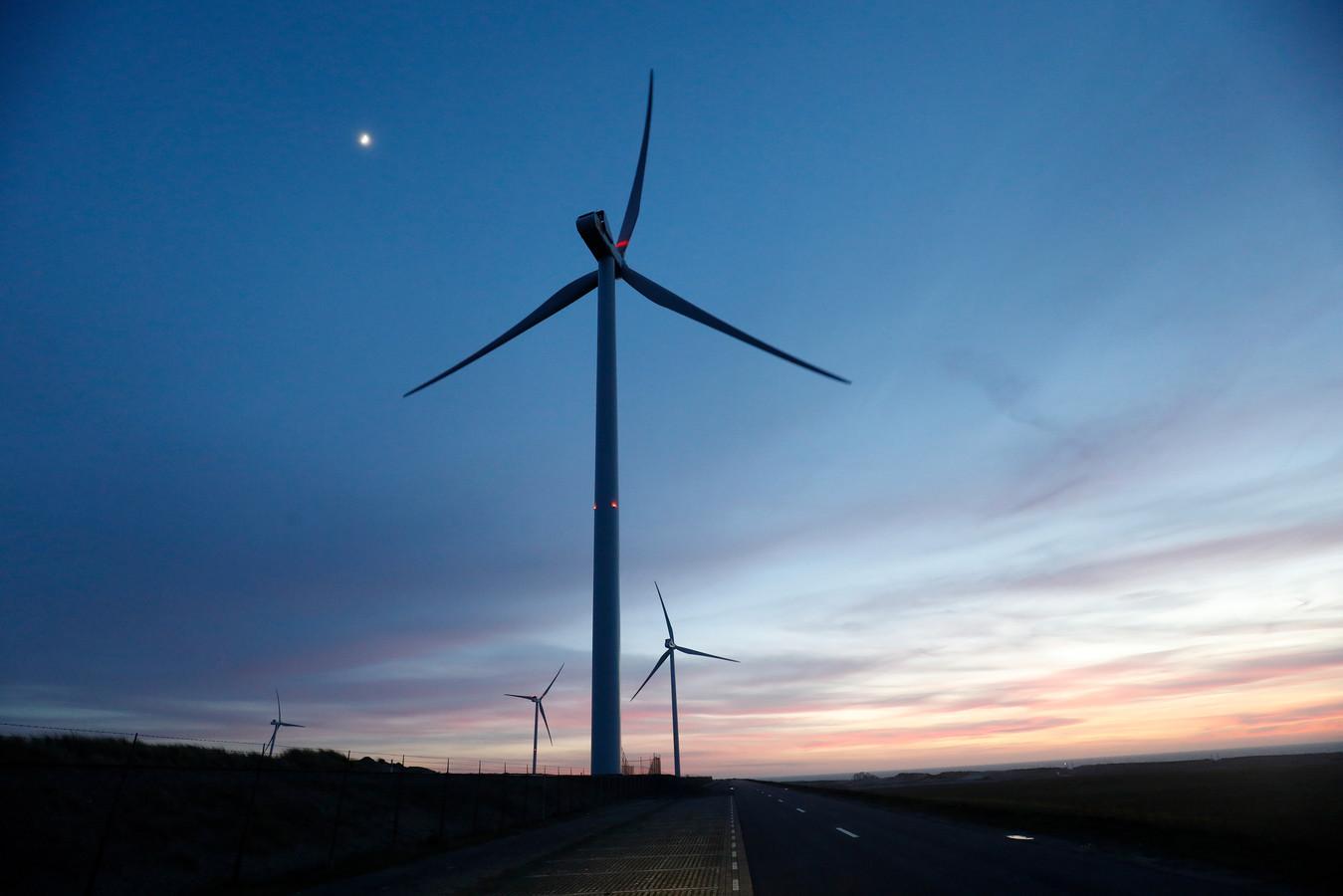 2019-02-12 18:27:09 ROTTERDAM - Windmolens bij windpark Slufterdam. De oude windmolens zijn vervangen door veertien moderne, efficientere windmolens die genoeg stroom opwekken om jaarlijks circa 50.000 huishoudens van duurzame energie te voorzien. ANP BAS CZERWINSKI