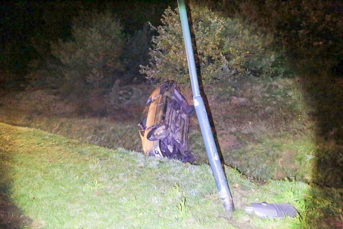 De bestuurster raakte eerst een lantaarnpaal langs de weg.