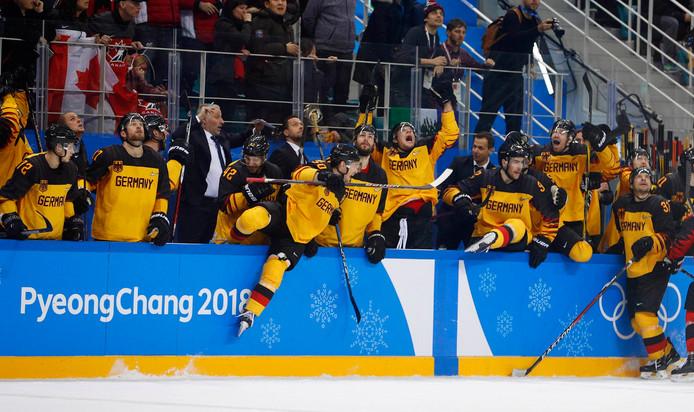 De Duitse ijshockeyers vieren de overwinning.