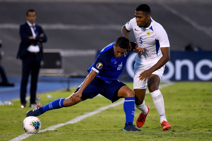 El Salvador's Oscar Ceren in duel met Jurich Carolina