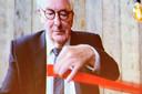Voorzitter van Arteveldehogeschool Tony Van Parys knipt op het filmpje het lintje door en opent daarmee het 20ste academiejaar.