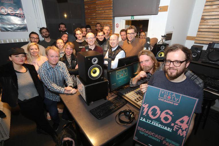 De vrijwilligers in de radiostudio van Villa Bota. In Brugge kan je hen weldra beluisteren op 106.4 FM.