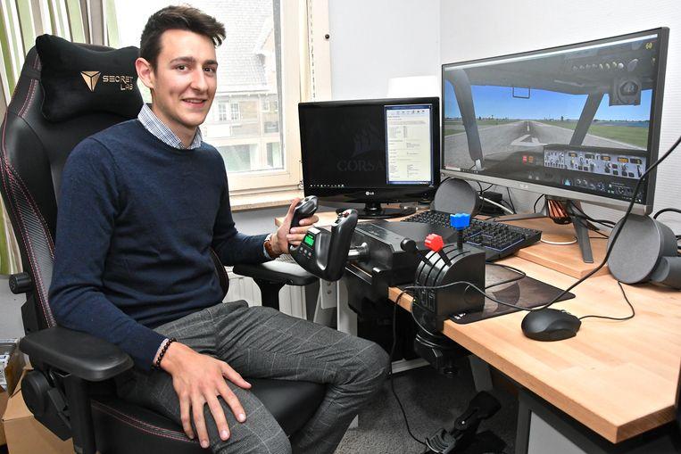 Robbe Beelprez is piloot in opleiding en oefent ook geregeld op zijn vluchtsimulator.