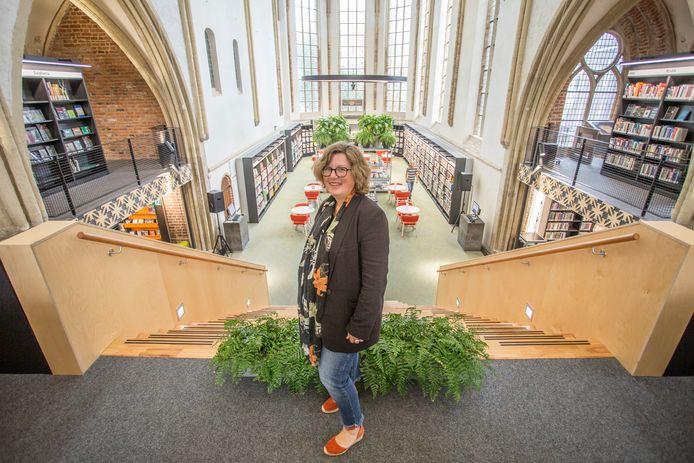 Barbara Deuss, programmamanager van de Graafschap Bibliotheken. Op de achtergrond de ruimte in de Zutphense bibliotheek waar het Groot Dictee der Nederlandse Taal waarschijnlijk wordt gehouden.
