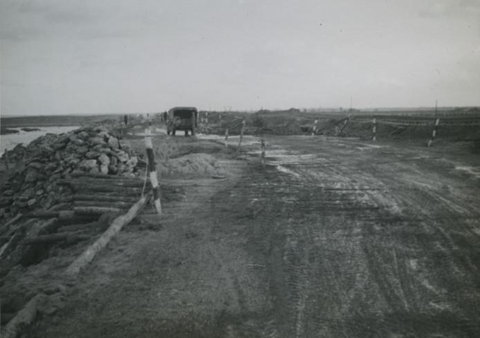 Vernielingen aan de Kreekrakdam door bombardement Royal Air Force.