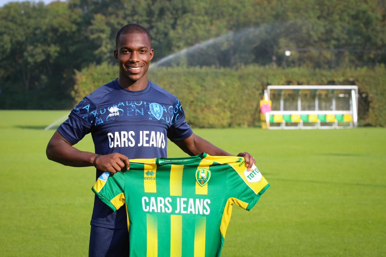 Lassana Faye poseert met zijn nieuwe shirt op het trainingscomplex van ADO Den Haag in Rijswijk. Hij treft er met trainer Aleksandar Rankovic een oude bekende.