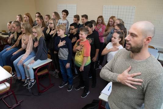 Klas 2A havo-atheneum oefent het Wilhelmus met wiskundeleraar Onno Tammeling.