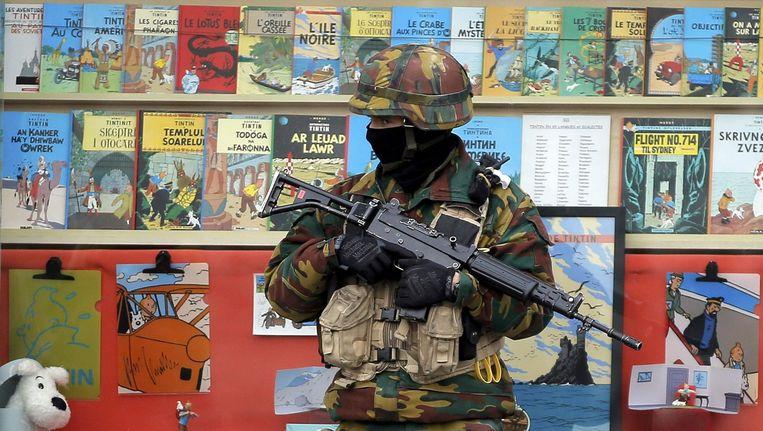 Een soldaat voor een stripwinkel in Brussel vol Kuifje-strips.