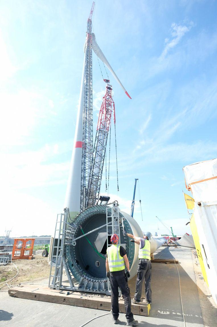 Een wiek, 25 ton zwaar, ligt aan de voet van een toren, klaar om opgehesen te worden.