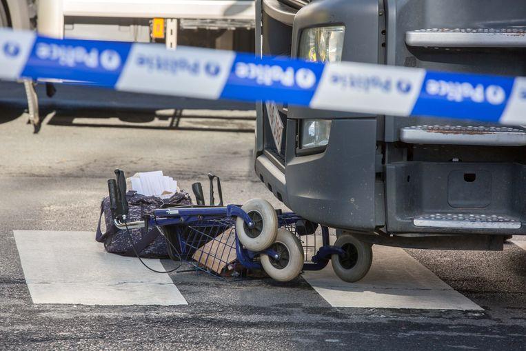 De vrouw kwam met haar rollator onder de vrachtwagen terecht.