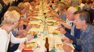 229 senioren dineren aan Langste Eettafel