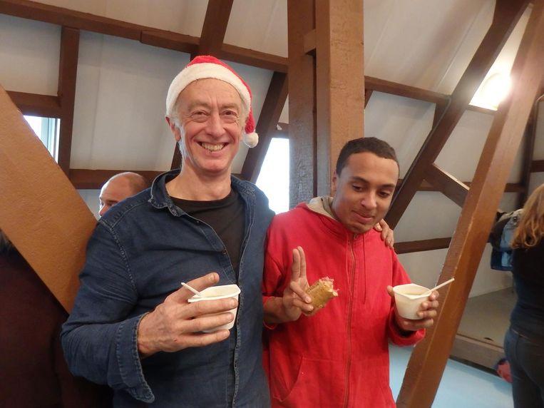 De heren die de dag muzikaal omlijsten: Jos Zandvliet (l) met medemuzikant Denzel Meilise van ACCU. Zandvliet: 'Als een feestje wat pit nodig heeft, moet je bij ons zijn' Beeld Schuim