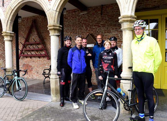 Dimitri(rechts) samen met zijn vijf personal trainers en Bart De Luyck van de sportdienst