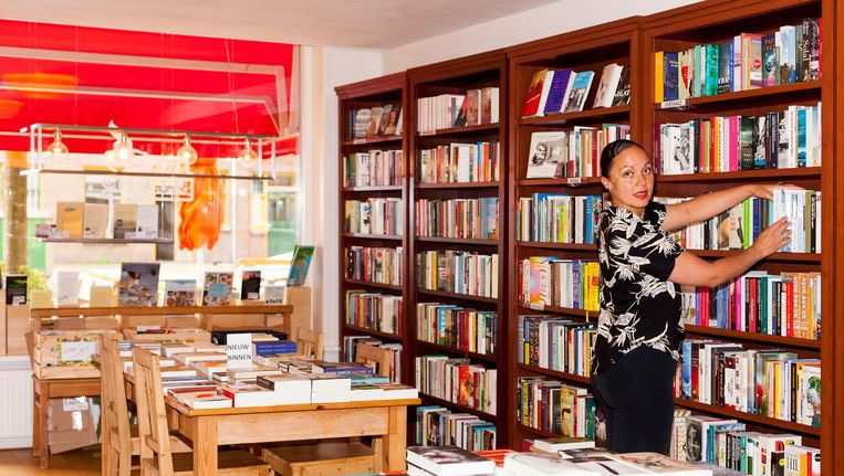 Sharon Peerle runt Java Bookshop met twee collegas. Beeld Renate Beense