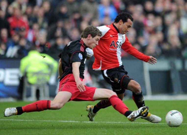 Jan Vertonghen van Ajax zondag in duel met Denny Landzaat van Feyenoord. Foto ANP Beeld