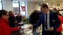 Bedrijfsleider Thijs van den Broek overhandigt vlaaien aan de klanten bij de heropening van zijn Jan Linders aan de Merret in Sint Anthonis. ,,Omdat u zo lang hebt moeten wachten.''
