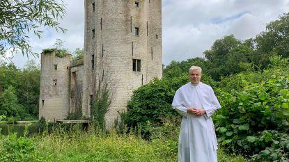 """De warmste vakantieplek van Vlaanderen, met prior Johan Goossens (52): """"Jammer dat de ruïne nooit heropgebouwd werd. Maar zelfs zo is ze prachtig!"""""""