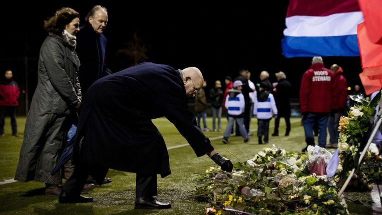 KNVB-voorzitter Michael van Praag legt een krans voor de overleden Richard van Nieuwenhuizen. Links minister Edith Schippers. Beeld anp