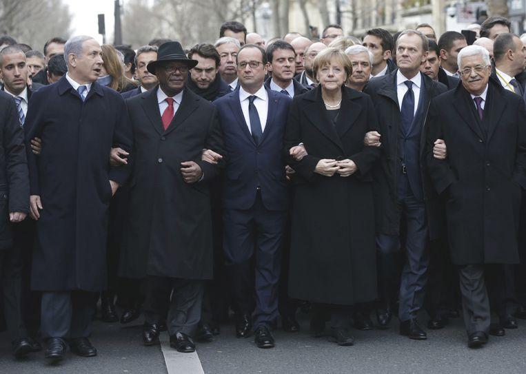 Geheel rechts de president van de Palestijnse Autoriteit Mahmoud Abbas. Hij liep zondag mee in de mars tegen terreur in Parijs. Links loopt de Israëlische premier Benjamin Netanyahu. Beeld ap