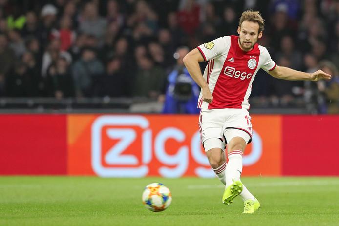 Daley Blind verstuurt één van zijn vele passes tegen FC Groningen.