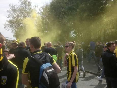 LIVE: Vitesse arriveert bij De Kuip, fans maken er buiten een feest van