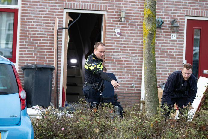 De politie doet onderzoek in en rond de woning aan de Golfoploop op Urk.