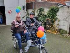 Boksende barbier houdt woord: speciale fiets afgeleverd bij ouderen in Haren