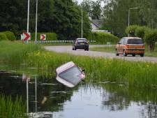Omstanders redden oudere vrouw uit te water geraakte auto