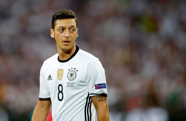 Duitse media over vertrek Özil: **'Aanklacht tegen ons Duitsland'**