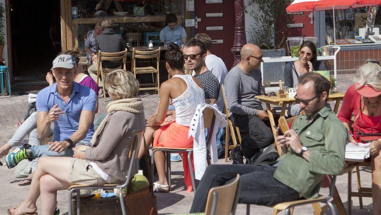 Koffietent met terras op het Beukenplein in Oost. Beeld Floris Lok