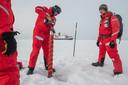 De eerste groep onderzoekers van de MOSAiC-expeditie examineert de ijsschots
