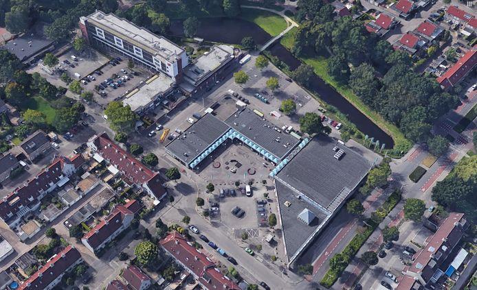 Winkelcentrum Ardèchelaan in de Achtse Barrier in Eindhoven met links het complex Cantershoef. De lage woningen naast het winkelcentrum moeten waarschijnlijk plaats maken voor nieuwbouw.