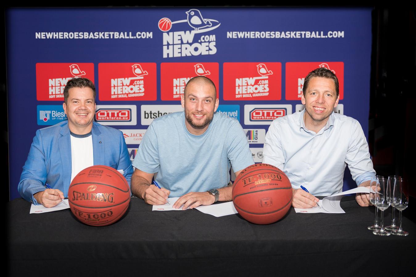 Bob van Oosterhout (links) bij de presentatie van Nick Oudendag. Rechts op de foto Jos Frederiks, technische man van New Heroes.
