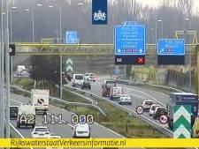 Auto vliegt uit de bocht op A2 bij knooppunt Empel, weg weer vrij