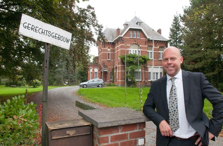 Schepen van citymarketing Kurt De Loor (sp.a) bij het gerechtsgebouw dat in de serie dienst zal doen als de felbegeerde erfenis van vier broers.